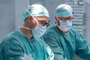 V nemocnici při operaci. Ilustrační foto.