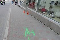 K nezvyklé nehodě došlo v úterý v Kroměříži. Devětadvacetiletý řidič zaparkoval na Velkém náměstí v zákazu zastavení a odešel. Auto ale nezabrzdil a to začalo couvat do Vodní ulice, kde vrazilo do chodkyně a do zdi obchodu s obuví.FOTO: PČR KM