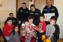 Hasiči z Morkovic si i letos zahráli na Ježíška. Na dětské oddělení Kroměřížské nemocnice i do Klokánku zanesli plné pytle hraček.