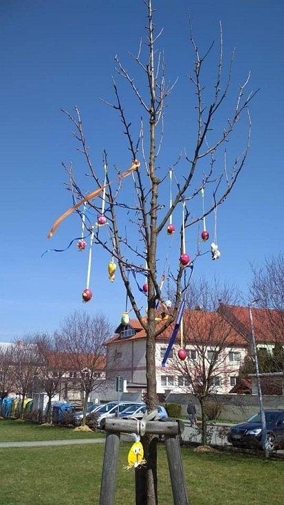 Velikonočně ozdobený parčík na náměstí ve Zdounkách.