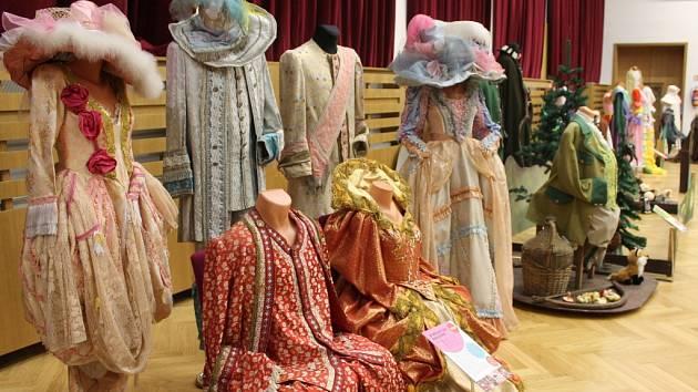 Výstava Zpátky do pohádky ve Zdounkách představuje asi šedesát kostýmů z československých a českých pohádek odvysílaných v letech 1969 až 2008.