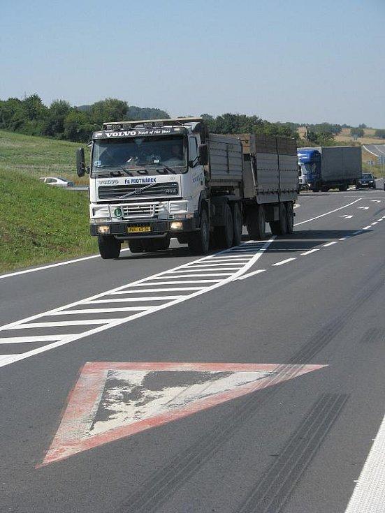 Křižovatka u Bezměrova poblíž nájezdu na rozestavěnou dálnici D1 je na Kroměřížsku místem nejčetnějších nehod. Nepomáhá ani obrovské množství dopravních značek.