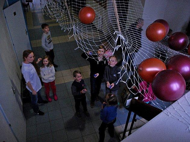 """Projekt """"Kino po O"""" si vymysleli v Bystřici pod Hostýnem samotní diváci. Projekt začal loni v listopadu a koná se vždy jednou měsíčně, diváci přicházejí už hodinu před začátkem filmu a děti se zapojují do soutěží. FOTO: M.DANČÁK"""