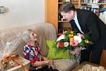 Magdalena Kytnerová z Kroměříže slavila 107. narozeniny a patří k nejstarším lidem v Česku: ke gratulantům se zařadil také starosta Kroměříže Jaroslav Němec (na snímku), který jubilantku navštívil u ní doma, předal kytici a dárkový koš a popřál do dalších