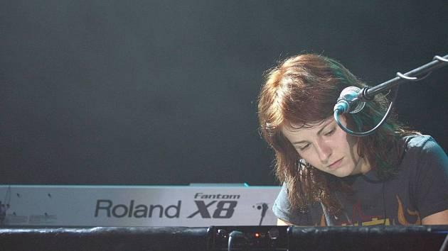 Hlas Katky Knechtové, zpěvačky slovenské skupiny Peha, dobývá v Česku jednu radiovou stanici za druhou. Hity formace Za tebou a Zpomaľ dávno patří k nejhranějším skladbám.
