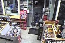 Muž v kukle a s nožem v ruce přepadl v pátek večer čerpací stanici v Holešově. Z kasy si odnesl kolem deseti tisíc korun.