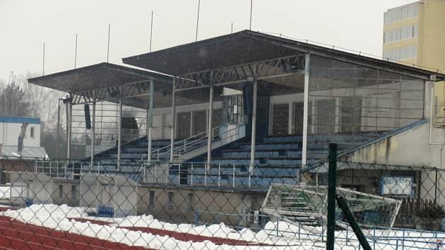 V létě opraví fotbalovou tribunu v Chropyni. Práce budou spočívat v zateplení obvodových stěn pláště a střechy, výměně oken a dveří.