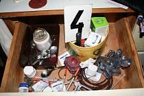 ZABAVENÉ VĚCI. Policistům k důvodnému stíhání devětadvacetiletého muže z Kroměříže pomohlo i dealerovo zabavené zboží.
