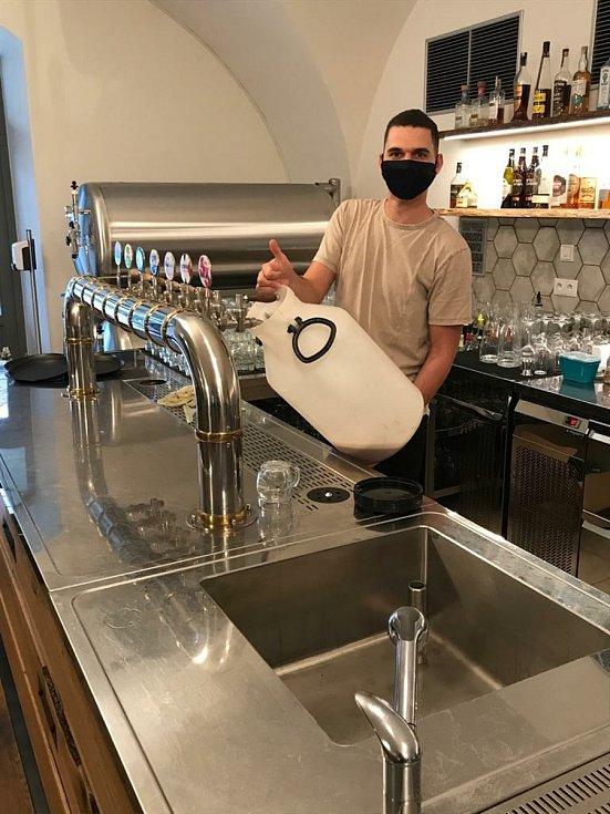 Pivo se sebou občas točí do nezvykle velkých nádob. Panský pivovar v Holešově jede na plné obrátky i během lockdownu.