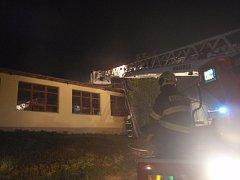 Požár dřevovýroby zaměstnal nad ránem deset jednotek hasičů