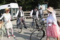 Z parkoviště Motorestu Samota, který se nachází v Buchlovských horách, vyjela ve středu 28. září 2011 skupinka lidí na kolech staré výroby a v dobovém oblečení. Na státní svátek se totiž konal druhý ročník Přejezdu Chřibů.