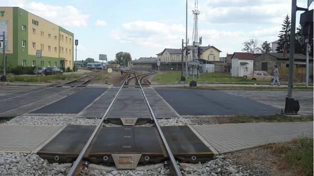 Opravu železničního přejezdu v kroměřížské Hulínské ulici provázejí komplikace, situaci totiž komplikuje nezvyklý fakt, že každá ze dvou kolejí na přejezdu má jiného vlastníka