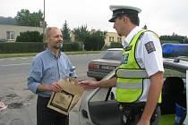 Slušní řidiči dostali od policie dárkovou tašku, kde bylo i nealko pivo. Jedno ze stanovišť bylo například v Holešově.