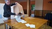 Předseda komise ve volebním okrsku číslo 1 v Počenicích-Tetěticích Pavel Jablůnka vysypává urnu s hlasovacími lístky