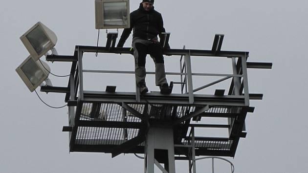 Cvičení, jehož námětem byla záchrana sebevraha z osvětlovacího stožáru na kroměřížském vlakovém nádraží, absolvovali ve čtvrtek 26.11. tamní profesionální hasiči.