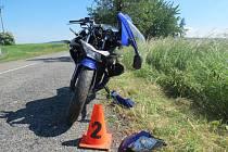 Mladý motorkář v pondělí odpoledne nepřizpůsobil rychlost jízdy a v pravotočivé zatáčce mezi Morkovicemi a Uhřicemi havaroval.