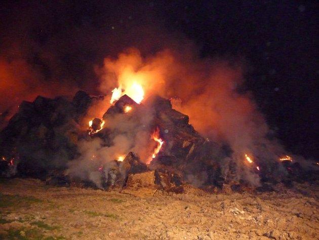 Požár vznikl přesně po třinácti měsících, kdy čtrnáct jednotek hasičů likvidovalo ve stejném místě rozsáhlý požár balíků slámy.