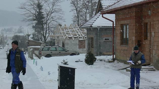 Zhruba třicítka nových rodinných domků ve Slavkově pod Hostýnem v lokalitě Chlum-Končiny je v současné době dostavěná, nebo rozestavěná. Nový velkolepý plán obce počítá s výstavbou dalších šedesáti až osmdesáti domů.