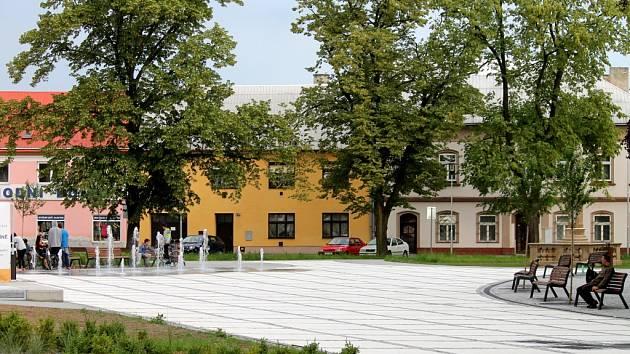 Stavební práce na revitalizaci náměstí v Hulíně jsou zdárně u konce.