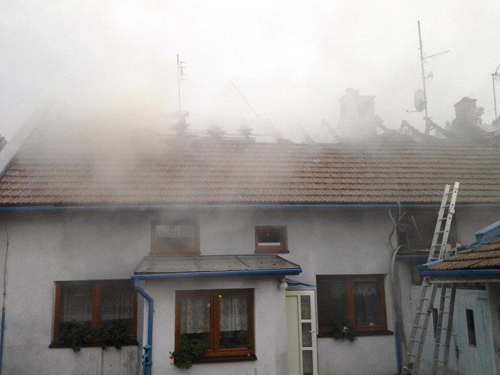 Blesk zapálil střechu rodinného domu v Chomýži.