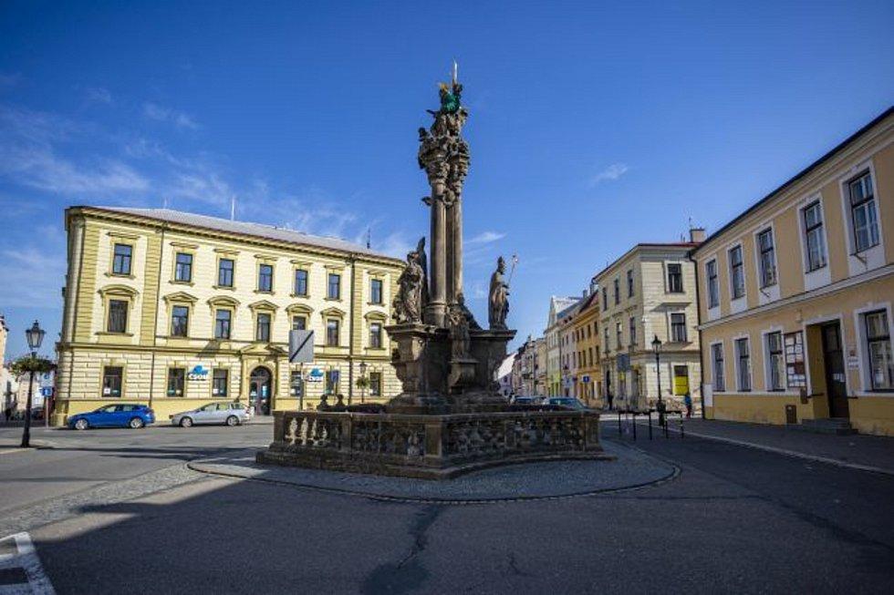 Opravu dvou památek v centru města chystá kroměřížská radnice. Týkat se bude jednak sloupu nejsvětější Trojice na Riegrově náměstí (na snímku) a také Mariánského sloupu na Velkém náměstí, jehož vrchol zdobí loni nově pozlacená socha Panny Marie.