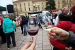Akce nazvaná Svatomartinské hodování nabídla ve středu 11. listopadu na Hanáckém náměstí v Kroměříži ochutnávku vína, ale i jarmark, dobré jídlo a cimbálovou muziku.