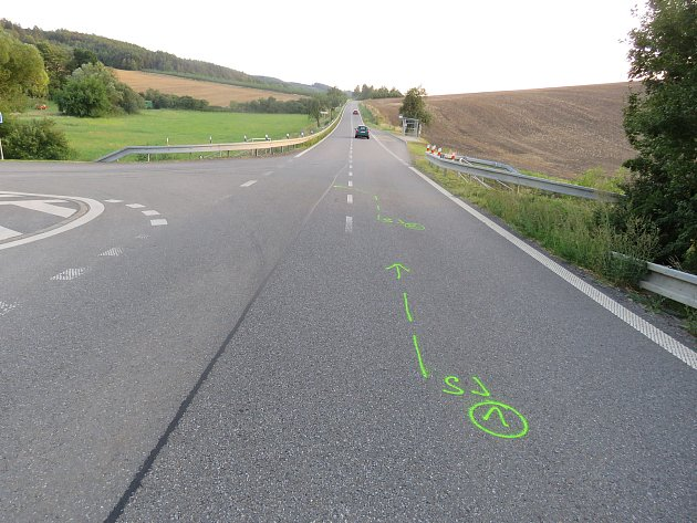 Třicetiletý řidič motocyklu Yamaha jel v pondělí 7. srpna ve směru od Roštína na Střílky, při jízdě ale podle policie nedodržel bezpečnou vzdálenost a nestačil tak zareagovat na před ním jedoucí vůz Alfa Romeo, jehož pětadvacetiletá řidička snížila rychlo
