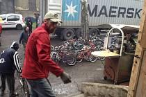 Další Kroměřížská kola putují do Gambie. V Ostravském centrálním skladu proběhla už třetí nakládka kol společnosti Kola pro Afriku. Tentokrát se jich do kontejnerů vešlo téměř devět set.