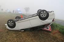 Nehodu, při níž skončilo na střeše osobní auto, řešili ve čtvrtek 8.9. ráno policisté na křižovatce v katastru obce Bařice – Velké Těšany.