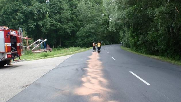 Hasiči museli dvakrát odklízet naftu ze silnice
