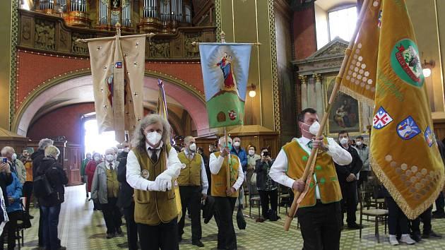 Národní pouť včelařů na Sv. Hostýně, 23. května 2021. Průvod od sochy sv. Ambrože po příchodu do baziliky