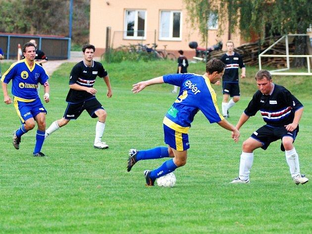 Fotbalisté Prusinovic (v černém) vstřelili v pěti zápasech v Hulíně jeden gól.