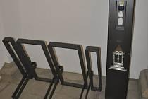 Nabíjecí stanice pro mobilní telefony, elektrokola a také elektromobily se rozhodla postupně osazovat na různá místa ve městě holešovská radnice: první zařízení spustila v minulých dnech v průchodu do tamního zámku.
