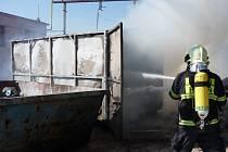 Sklad nebezpečného obchodu vzplanul v pátek 21. března odpoledne. Díky rychlému zpozorování a následnému zásahu hasičů ušetřila firma alespoň tři sta tisíc korun.