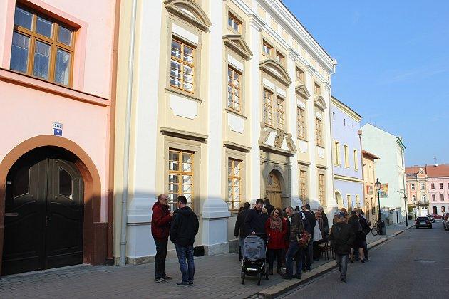 Osud posledního kroměřížského rabína a jeho rodiny v nově připomínají čtyři kameny zmizelých zasazené do chodníku před bývalou židovskou radnicí v Moravcově ulici. Zástupci města je slavnostně odkryli v pondělí 6. listopadu.