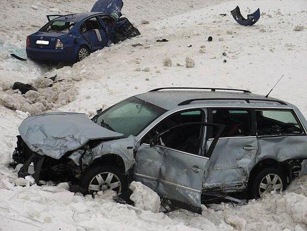 Těžká zranění si ze srážky odnesli oba řidiči osobních automobilů, kteří se srazili ve středu 13. ledna po osmé hodině ráno u Střílek.
