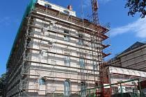 Opravy gymnázia se táhnou již několik měsíců. Na vině je rozsáhlá oprava věžičky.