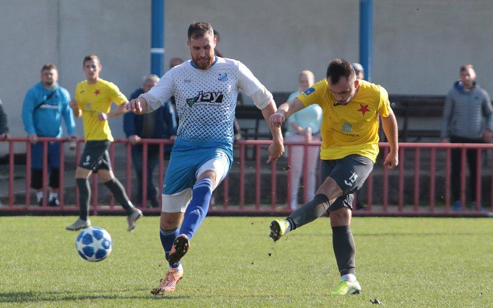 Fotbalisté Otrokovic (v bílomodrých dresech) prohráli v derby s Kroměříží 2:3.
