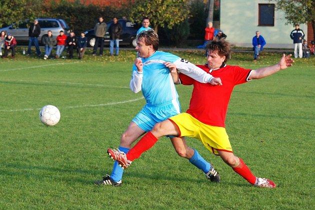Hráči Skaštic (ve světlém) po domácí porážce od Admiry v poměru 0:4 přivítají v neděli na svém hřišti Kyselovice.