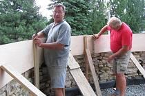 Ve Zdounkách dělníci pracují na odstranění značně havarijního stavu opěrné zdi kolem kostela. V novotě bude také boční schodiště.