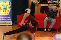 V Holešově proběhly závody v tanci, které byly zaměřené na děti. Každý neměl víc jak patnáct let, tak se mohl příhlásit. V doprovodném programu předvedl exhibice na kole Adam Pekař