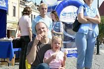 Děti obdarované balónky pozorně sledovaly program.