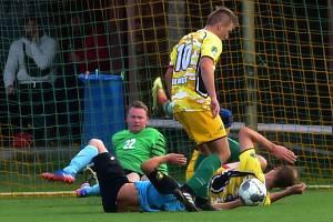 Fotbalisté Břestu (ve žlutém) doma váleli a nadělili pět branek Rymicím.