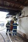 Tři jednotky hasičů hasily hořící auto v garáži