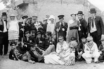 KÁCENÍ MÁJE. Slavnosti při kácení máje bývají v Prusinovicích velkolepé. V minulosti při této příležitosti účastníci chodili i v maskách.