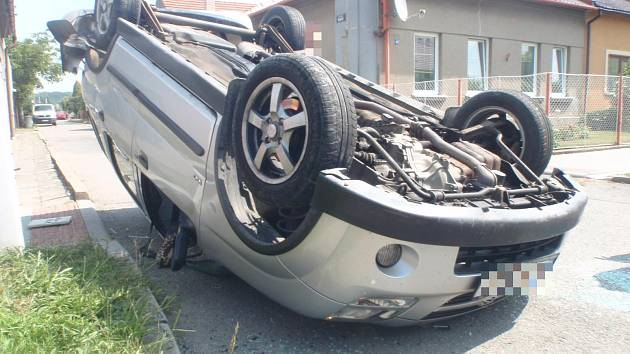 Po nehodě skončilo jedno vozidlo na střeše