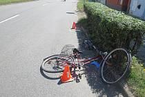 V Bystřici pod Hostýnem se ve středu srazil cyklista s náklaďákem. Muž na kole skončil vážně zraněný v nemocnici.