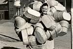 KOŠÍKÁŘSTVÍ V MORKOVICÍCH, LIFRUNK ZBOŽÍ. Odnosit hotové zboží bylo také umění. Košíkáři dokázali najednou vzít na sebe desítky výrobků.