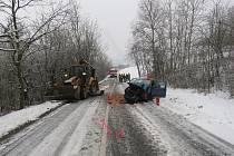 V úterý 23. ledna po sedmé hodině ráno nezvládla mezi Kvasicemi a Bělovem jednačtyřicetiletá žena za volantem Škody Fabia jízdu na zasněžené silnici a čelně se srazila s bagrem.