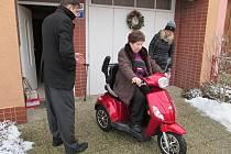 Přestože svůj dárek dostala paní Marta Stloukalová z Kroměříže od Ježíškových vnoučat až v lednu, na její radosti to nic nezměnilo. Teď už přemýšlí, kudy bude s novým skútrem jezdit. Ten jí usnadní cestu zejména na nákup nebo k lékaři.